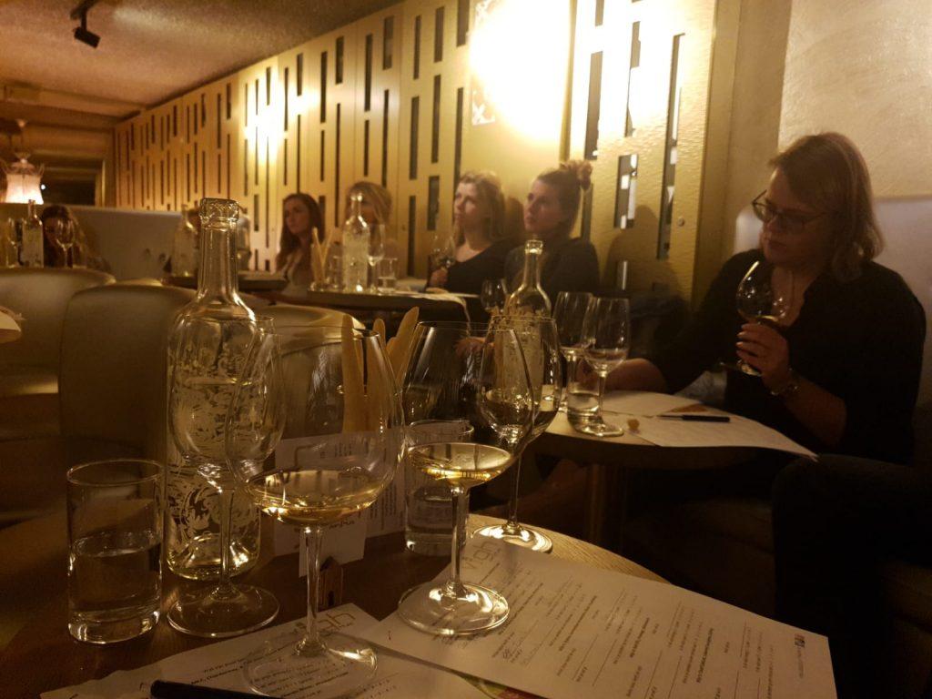De Vermentino wijn wordt aandachtig geproefd tijdens Proef Zuid-Afrika