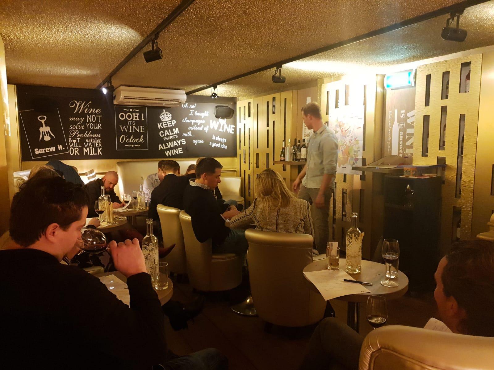 Sfeerimpressie van de wijn proeverij Piemonte bij wijnbar VIQH in Haarlem