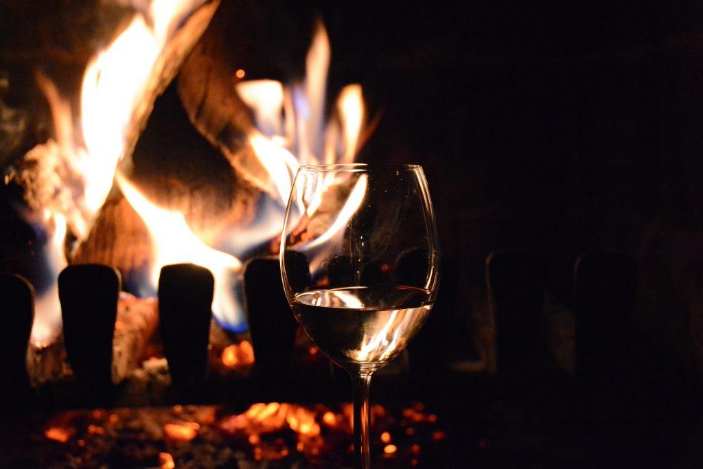 Kom de gure dagen van het najaar door met een glas Trebbiano bij de open haard. Deze zit in de wijnbox najaarswijnen van viqh aan huis.
