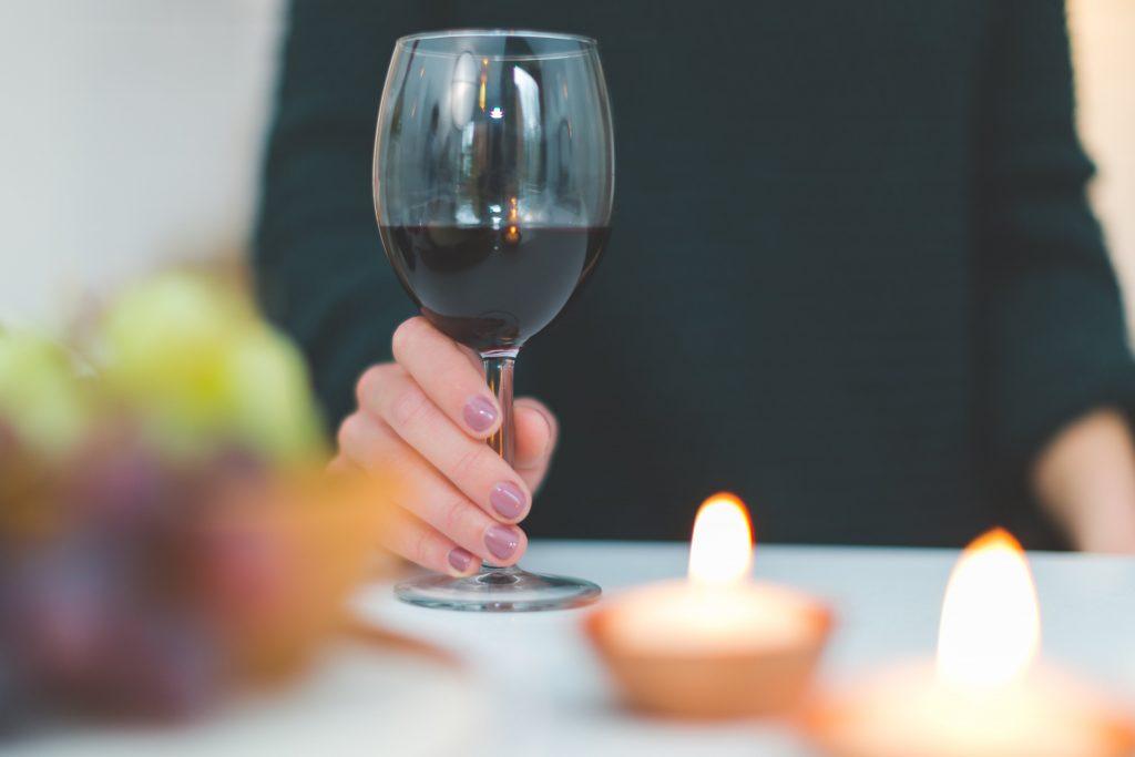 De Roemeense Cabernet Sauvignon is een van de najaarswijnen die in de wijnbox van VIQH aan Huis zitten. Lekker wijn met veel rood en zwart fruit maar ook tonen van cederhout en tabak.