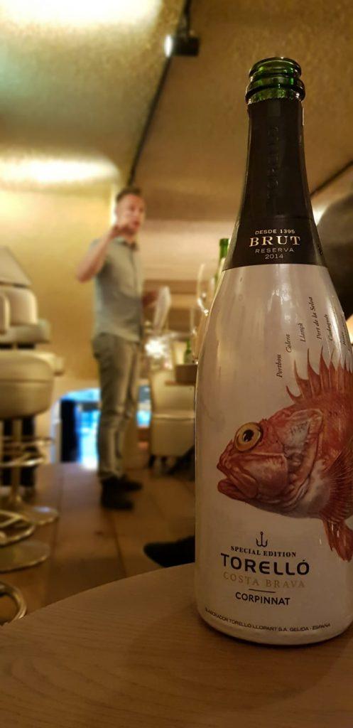 Een bijzonder etiket op de fles van de Torello Cava (Corpinnat).