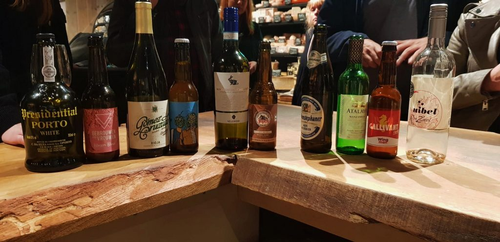 De geselecteerde wijnen en bieren bij de kazen. Wilt u de wijn kaas combinaties thuis of op de zaak proeven?! Bestel dan onze BATTLE BOX
