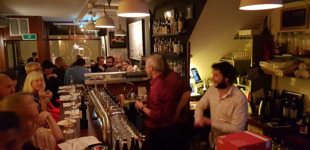 De jury in actie tijdens de derde ronde van The Battle 2.0 bij Lokaal Dutch Beer Bar. Stemmen de deelnemers in het voordeel van de wijn kaas combinaties of toch voor de bier kaas combinaties?