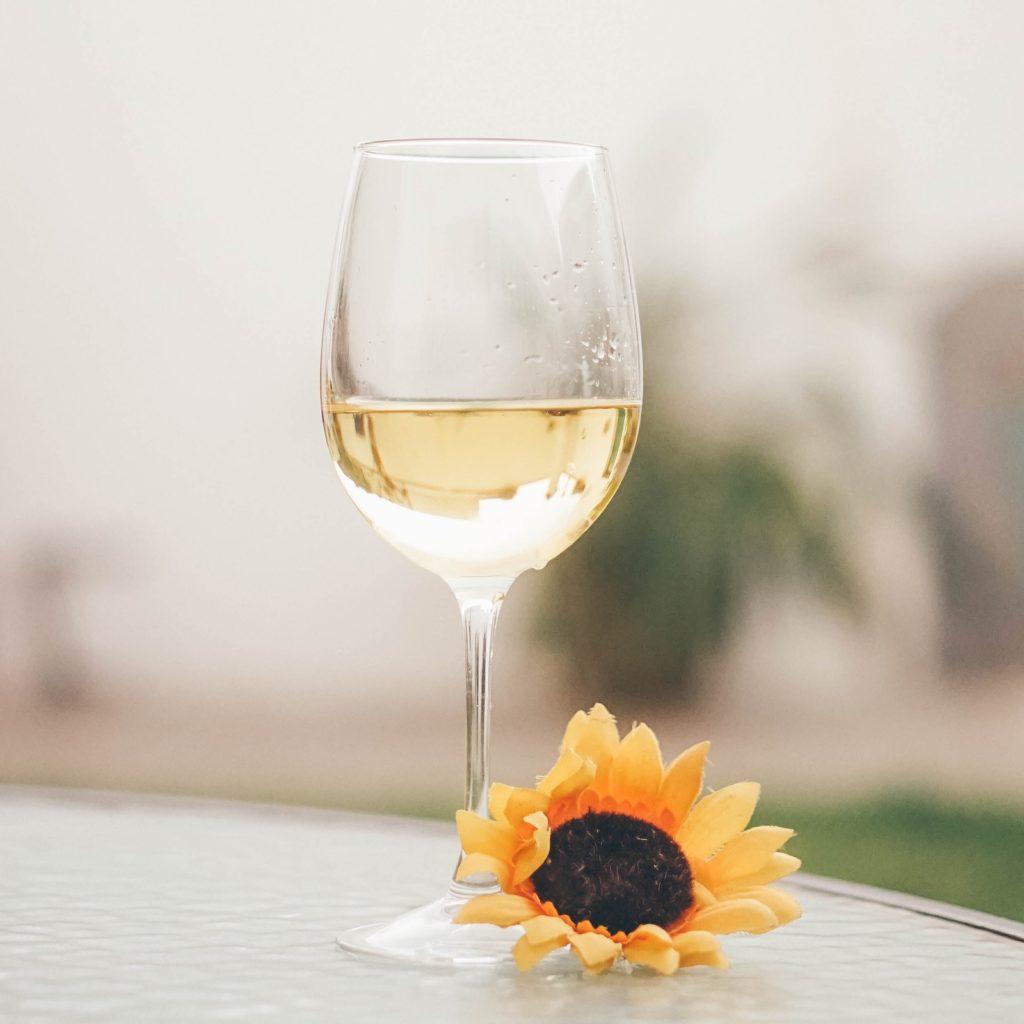 In de Spaanse wijnbox zit een blend van de typische spaanse druif Verdejo en Viura. Deze wijn heeft prachtige florale aroma's. Heeft u deze wijn al geproefd? VIQH aan Huis wijnproeverijen