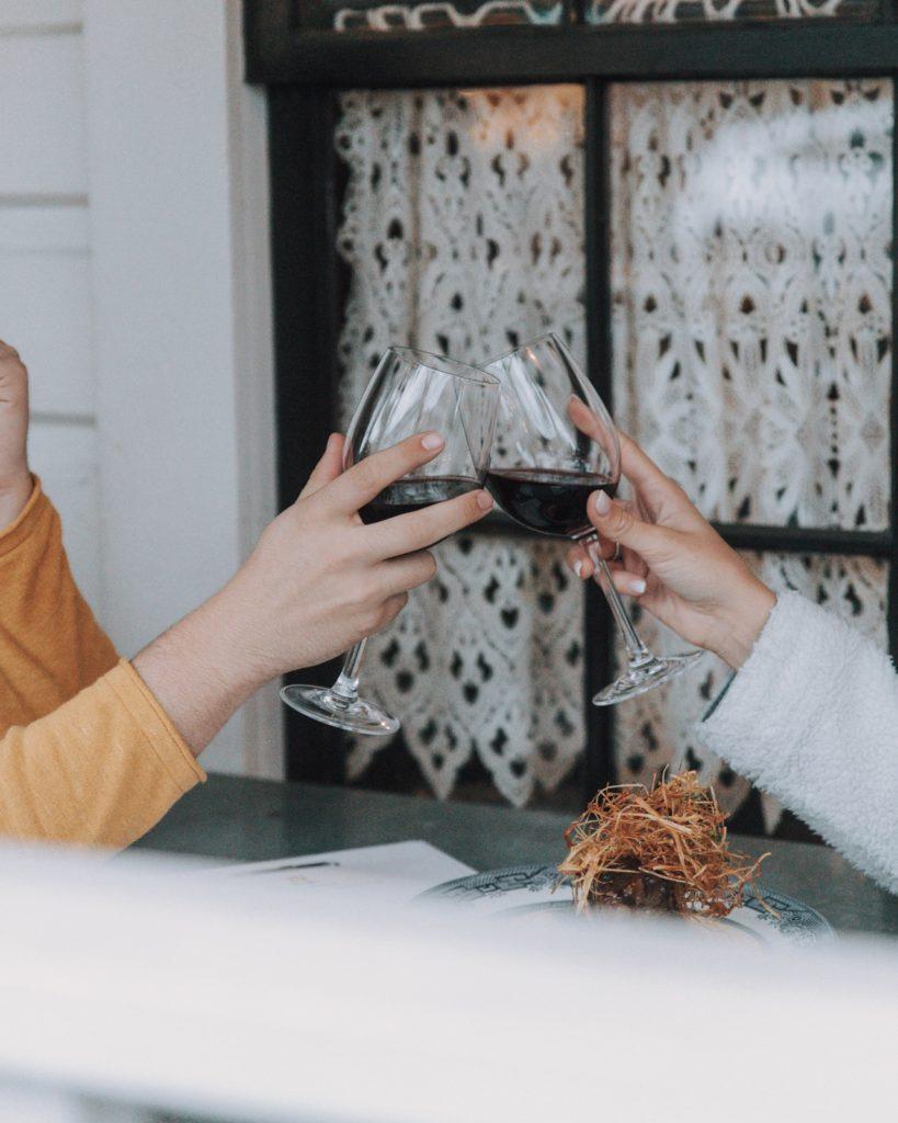 Zondag 5 april staat de eerste editie van VIQH's online wijnproeverij gepland. Tijdens deze online wijnproeverij zullen er 6 wijnen geproefd worden waaronder een Barbera vanuit de Italiaanse Piemonte, een Spaanse Albariño vanuit de Rias Baixas en een Pinot Noir vanuit Roemenië