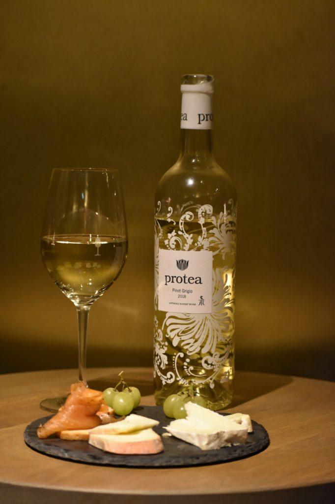 De Protea Pinot Grigio is een van de wijnen die in de Zuid-Afrikaanse wijnbox zit. Wilt u weten hoe deze smaakt? Bestel de wijnbox dan via viqh aan huis. Wat welke wijnspijs combinatie hoort er volgens u bij een Pinot Grigio uit de nieuwe wijnwereld?