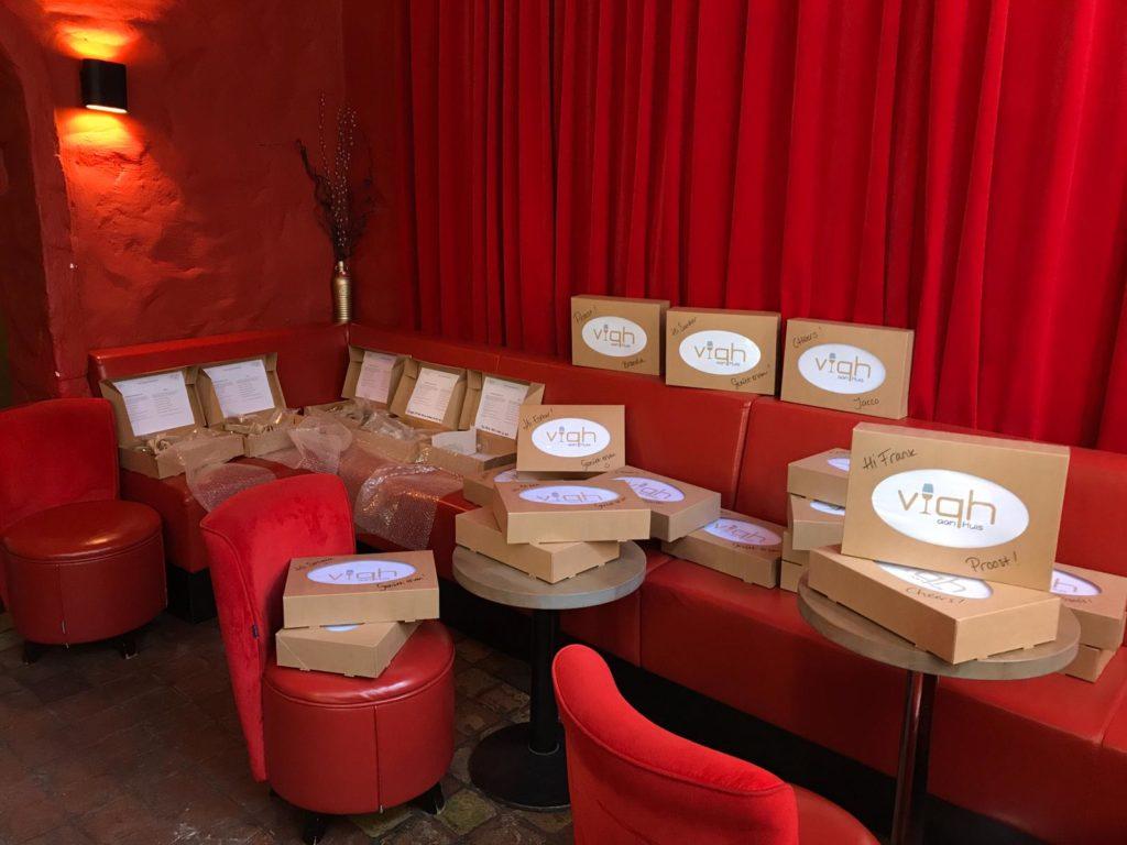 De voorbereidingen voor de online wijnproeverij zijn in volle gang. De wijnboxen voor de VIQH Thuisproeverij staan klaar. Heeft u uw wijnproeverij op locatie al geboekt?