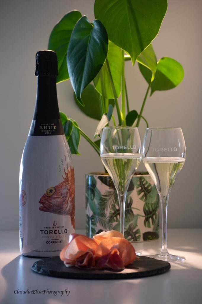 Torelló Corpinnat Cava als moederdag cadeau. Laat moeder sprankelen met een heerlijke fles bubbels met bijpassende glazen. Deze set is aan te vullen met 100 gram Iberico Ham
