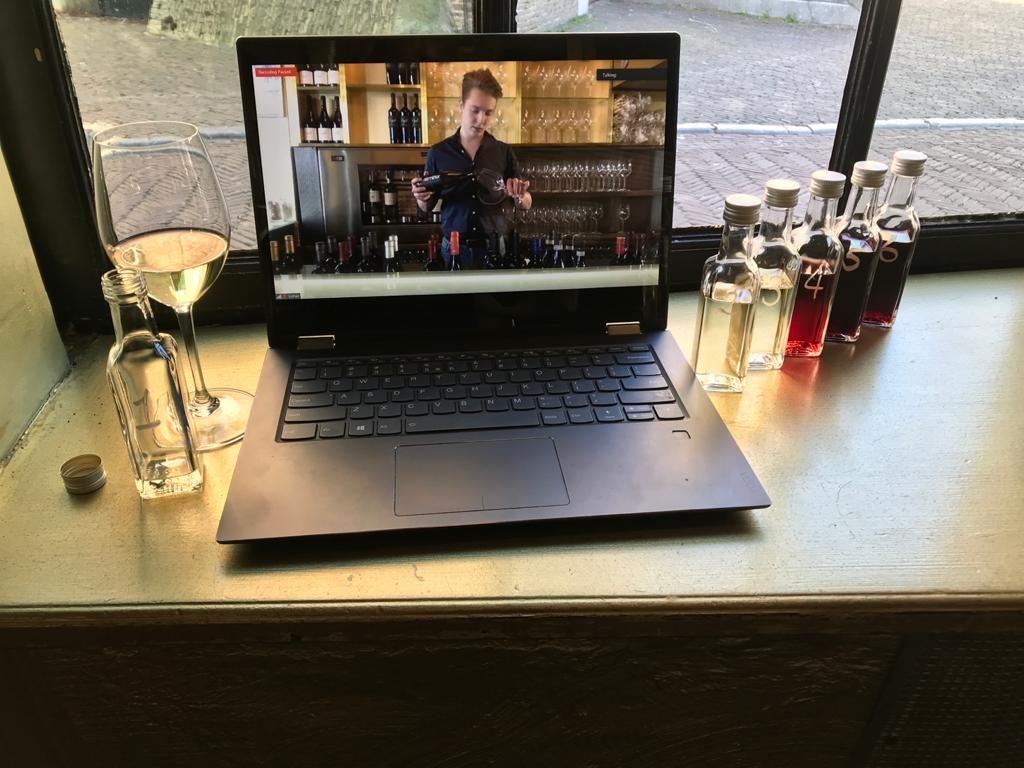 Een uniek moederdag cadeau is natuurlijk een online wijnproeverij van wijnbar VIQH. Liever een ander origineel moederdag cadeau? Lees dan onze wijnboog