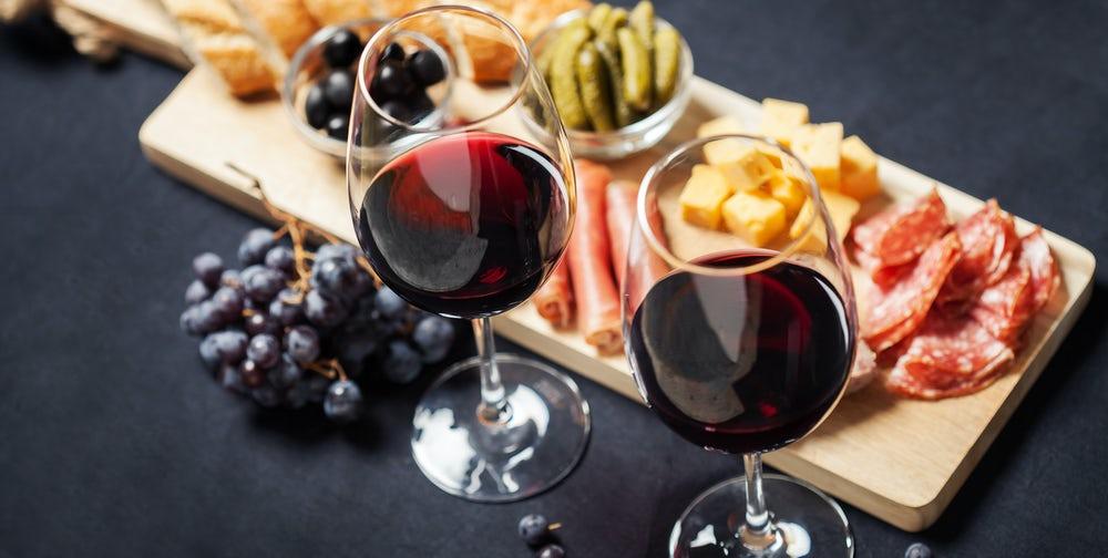 Geniet van verschillende wijnen en tapas tijdens een unieke rondvaart door Haarlem met een wijnproeverij. Deze wordt georganiseerd door wijnbar VIQH aan Huis in samenwerking met Alpha Sloep tours