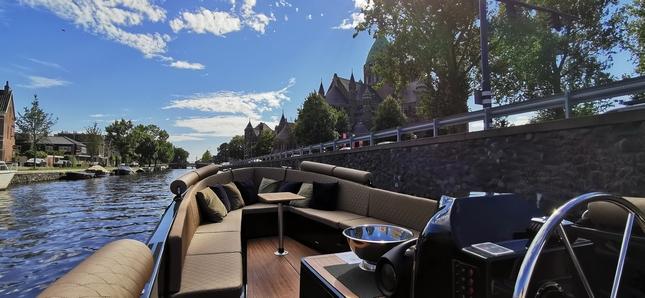 Geniet van een rondvaart door Haarlem met een wijnproeverij waarbij u geniet van 5 verschillende wijnen terwijl u verschillende Haarlemse bezienswaardigheden bekijkt vanaf het water.