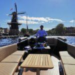Tijdens de unieke rondvaart door Haarlem met een wijnproeverij neemt professionele maritieme schipper Alex u mee langs verschillende bezienswaardigheden van Haarlem waaronder molen de Adriaan.