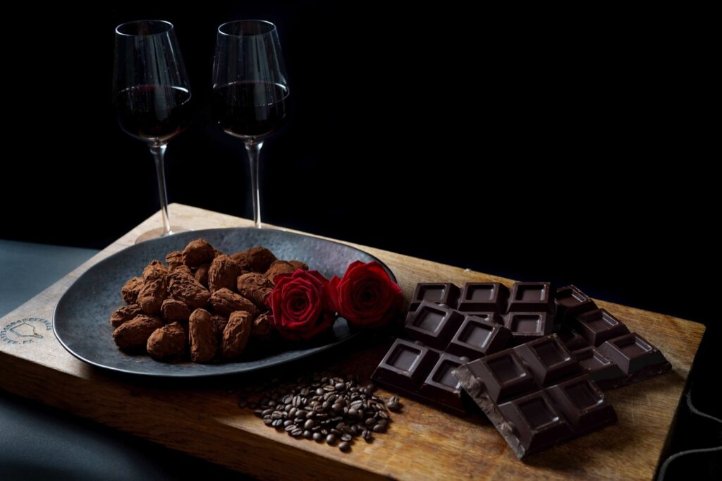 Geniet van ambachtelijke slagroomtruffels met een glas rode wijn. Een romantische aanrader voor valentijnsdag.
